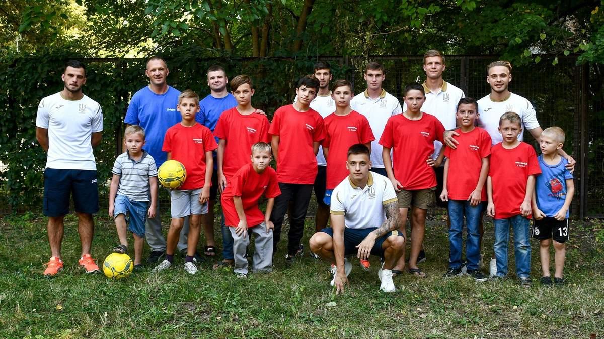 Гравці молодіжної збірної України з дітьми