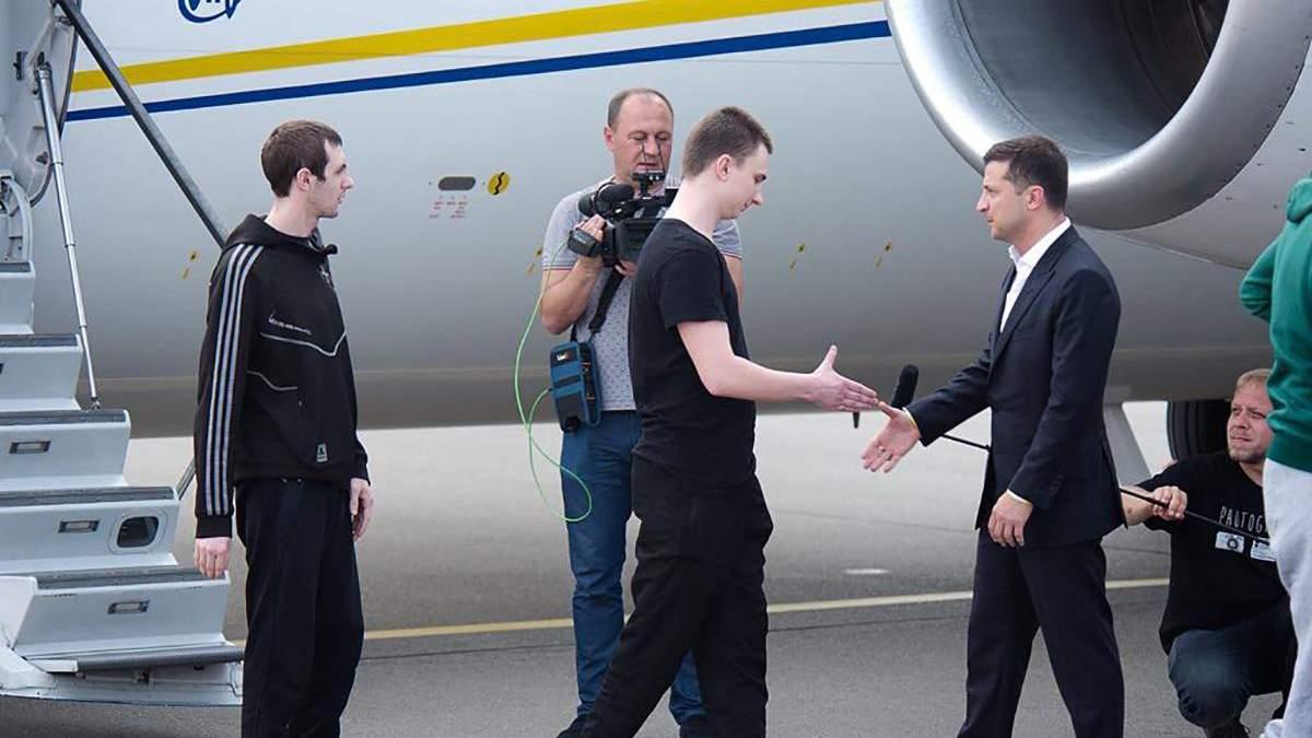 Звільнений з полону моряк В'ячеслав Зінченко вітається з президентом Володимиром Зеленським