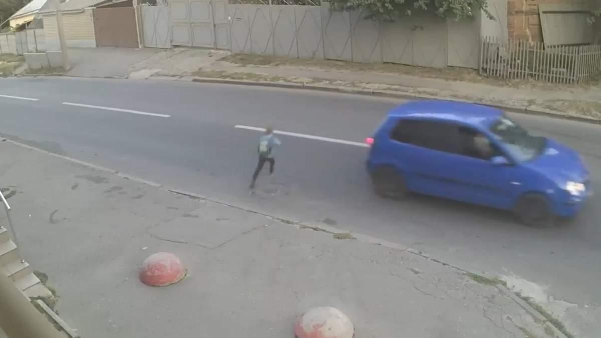 Школьника на высокой скорости сбила машина – его спас рюкзак: видео