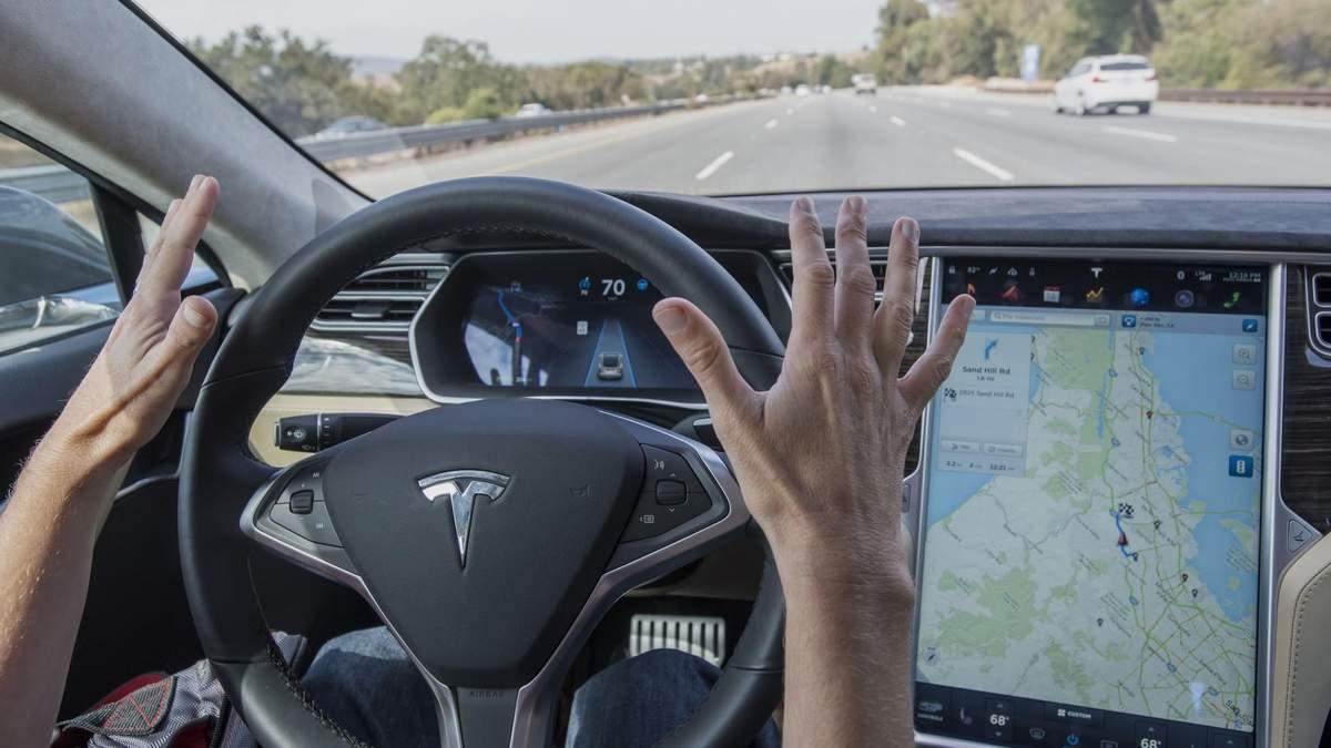 Водій Tesla заснув за кермом на шаленій швидкості