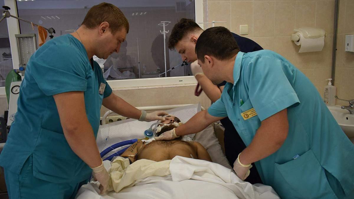 Важкопораненого військового рятують у лікарні Дніпра