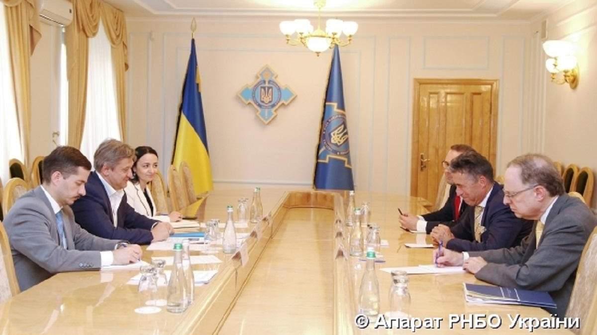 Данилюк зустрівся з колишніми генсеком НАТО та послом США: фото