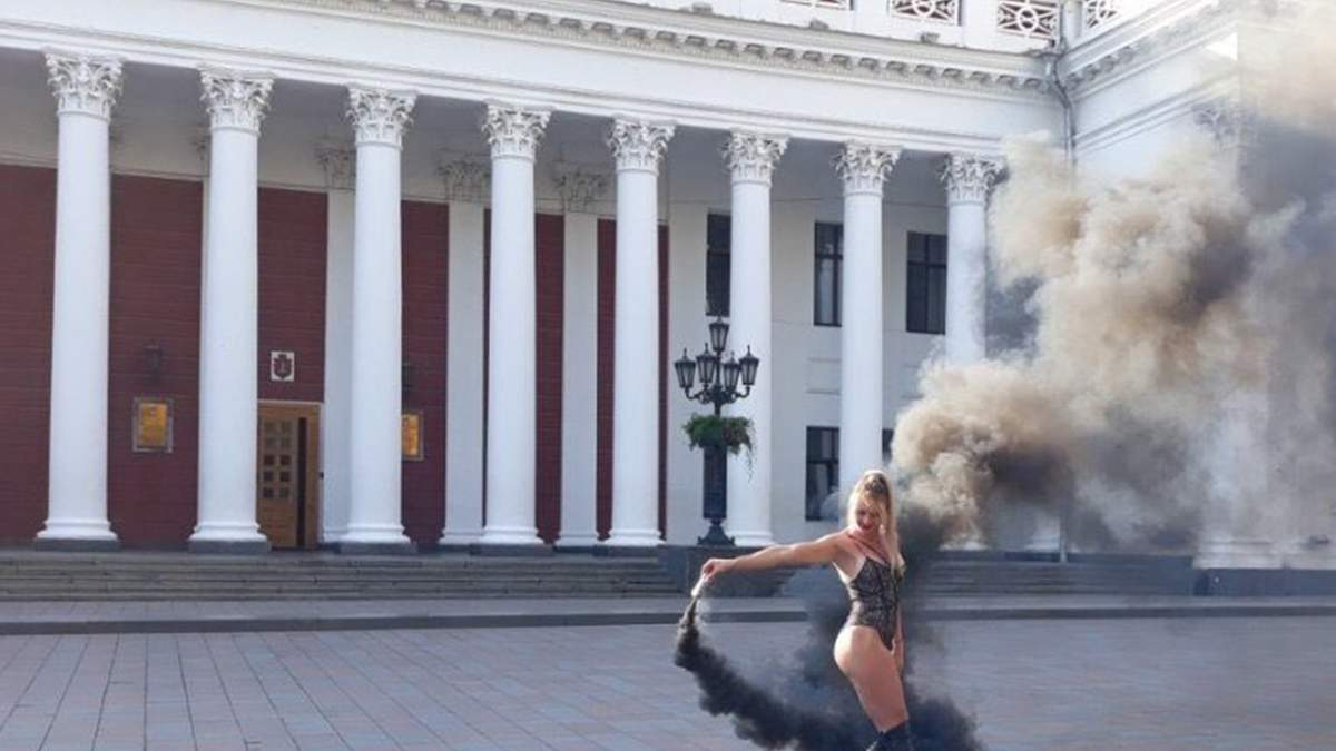 В Одессе девушки устроили возле мэрии эротическую фотосессию