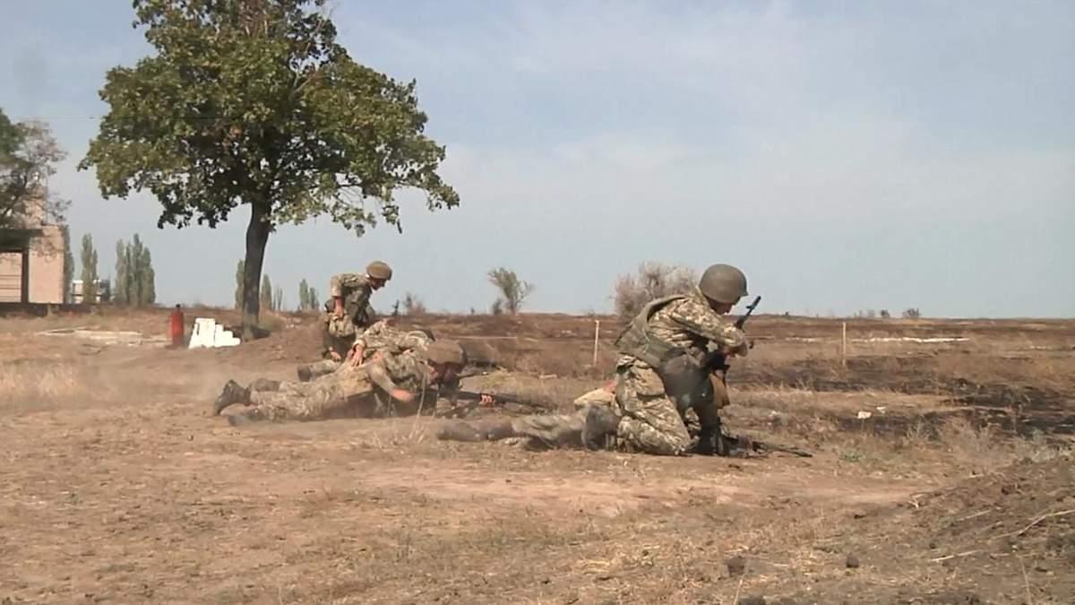 Стрибок з парашутом, перешкоди та бойові завдання: як випробовували десантників – фото та відео