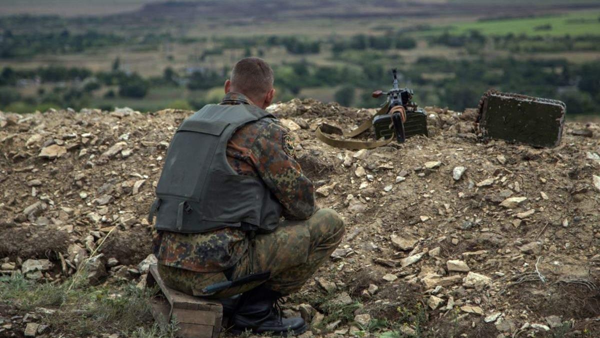 Обстріли на Донбасі не стихають: є поранений український військовий