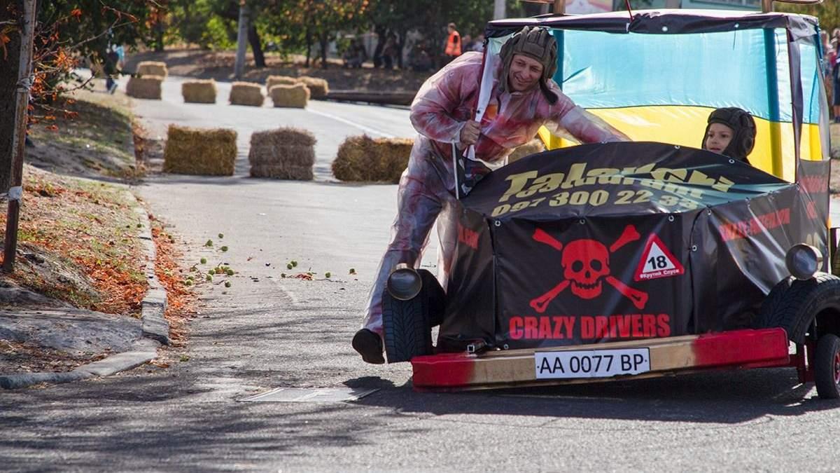 Ванна на колесах и мини-танк: в Черкассах провели гонки на самодельных тачках – эффектные фото