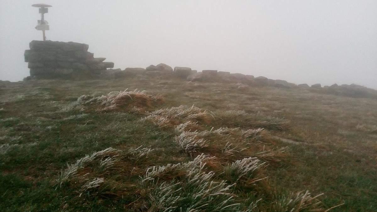 Первый осенний снег выпал на горе Поп Иван