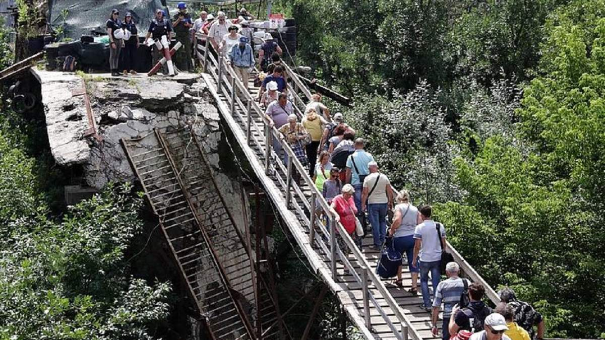 Офіс Президента транслює відновлення мосту біля Станиці Луганської