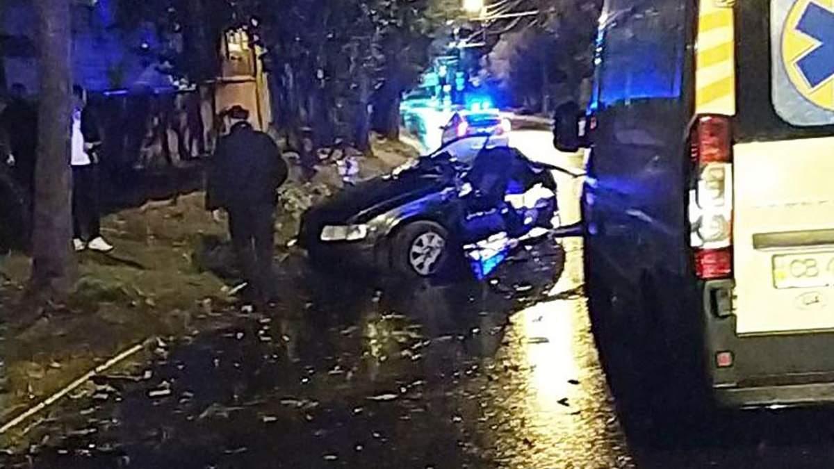 У Чернігові в ДТП загинули 4 підлітків – авто влетіло в дерево
