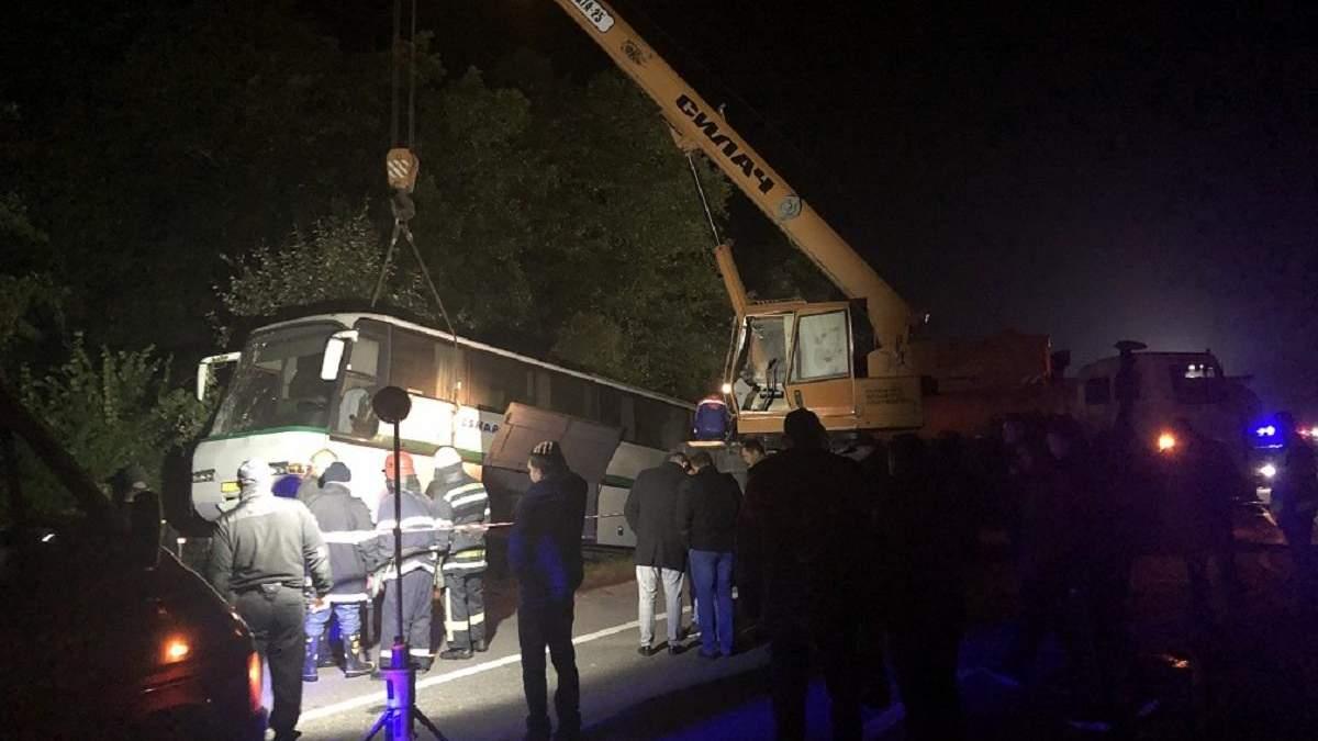 Смертельна аварія на Житомирщині: тіла загиблих з-під автобуса діставали автокраном – фото