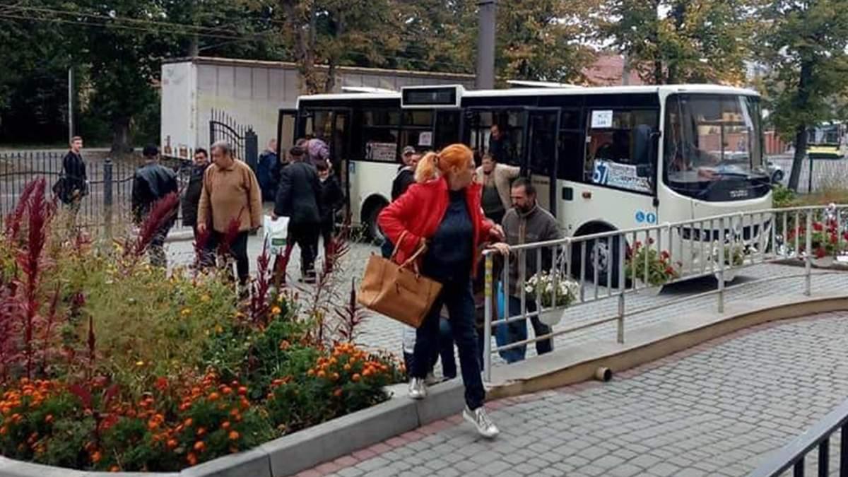 У Львові знову пустили безкоштовний автобус, який возить безпритульних митися