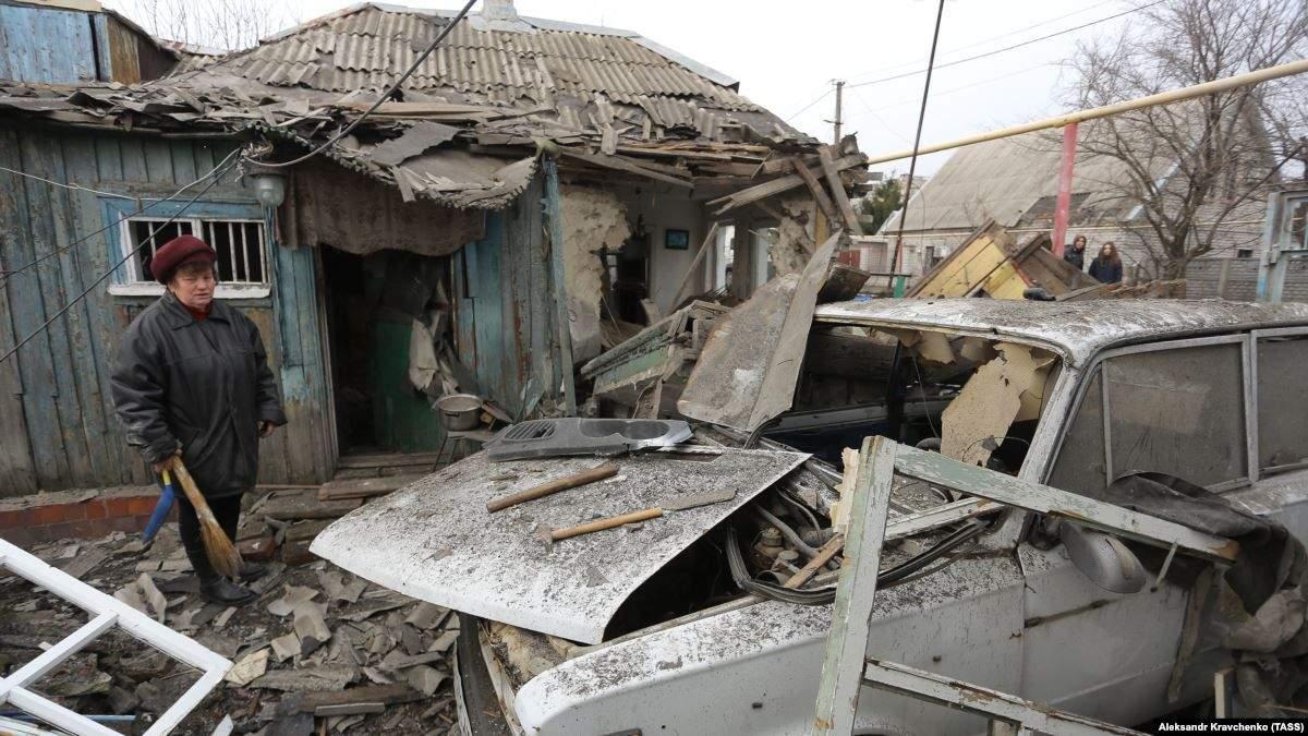 Руйнація після обстрілу в Ясинуватій, 2017