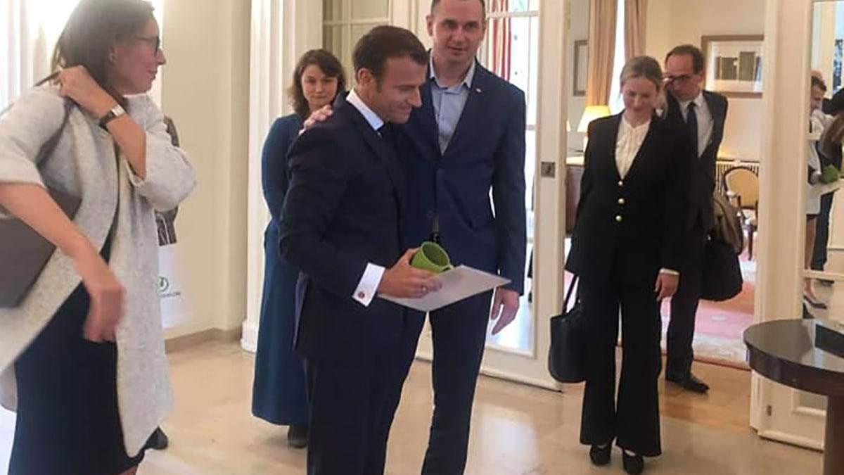 Сенцов про зустріч з Макроном: подарував йому тюремну чашку і попросив не забувати про полонених