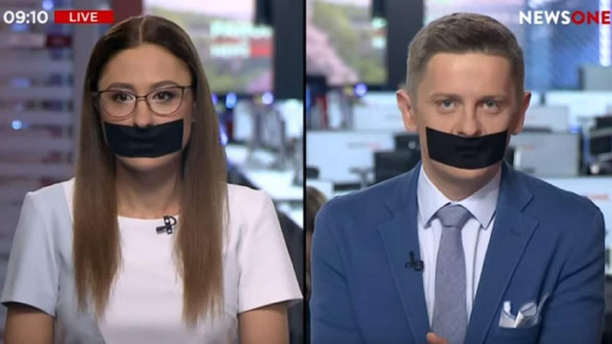 Журналисты вели эфир молча с заклеенными ртами