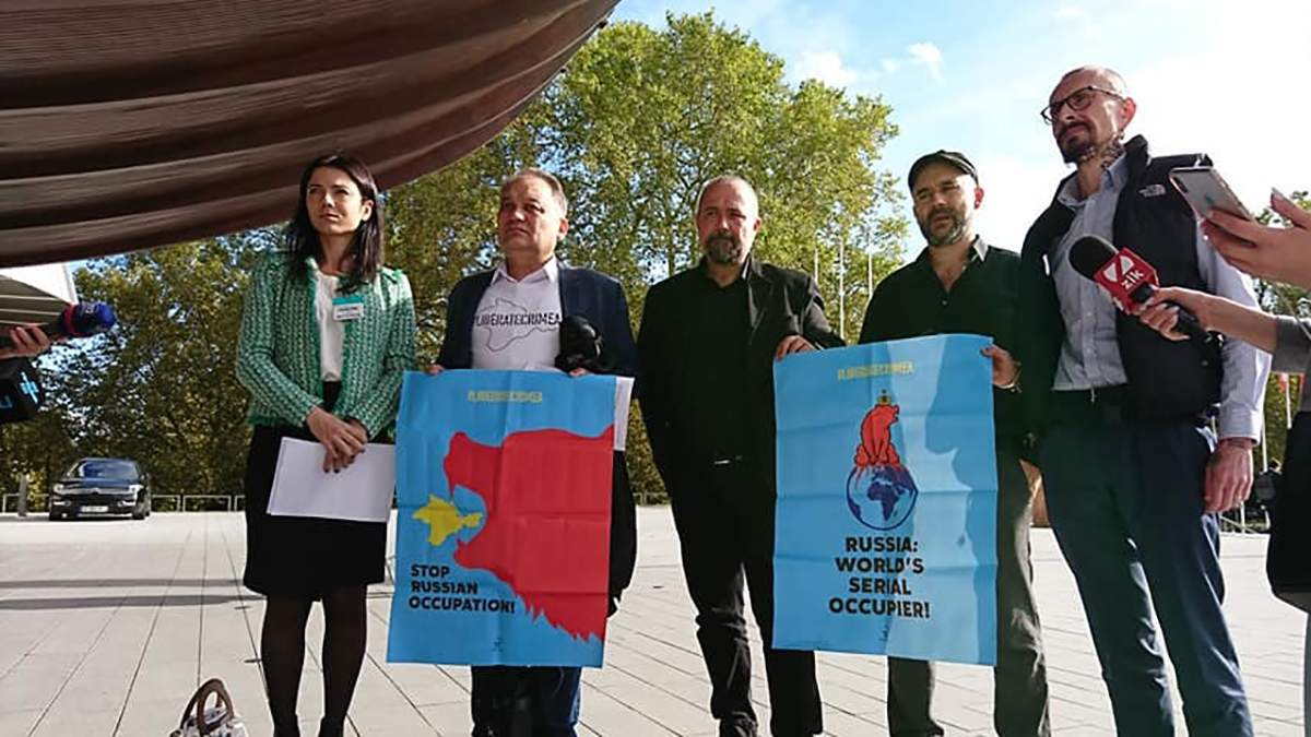 Учасники акції проти присутності російської делегації у ПАРЄ