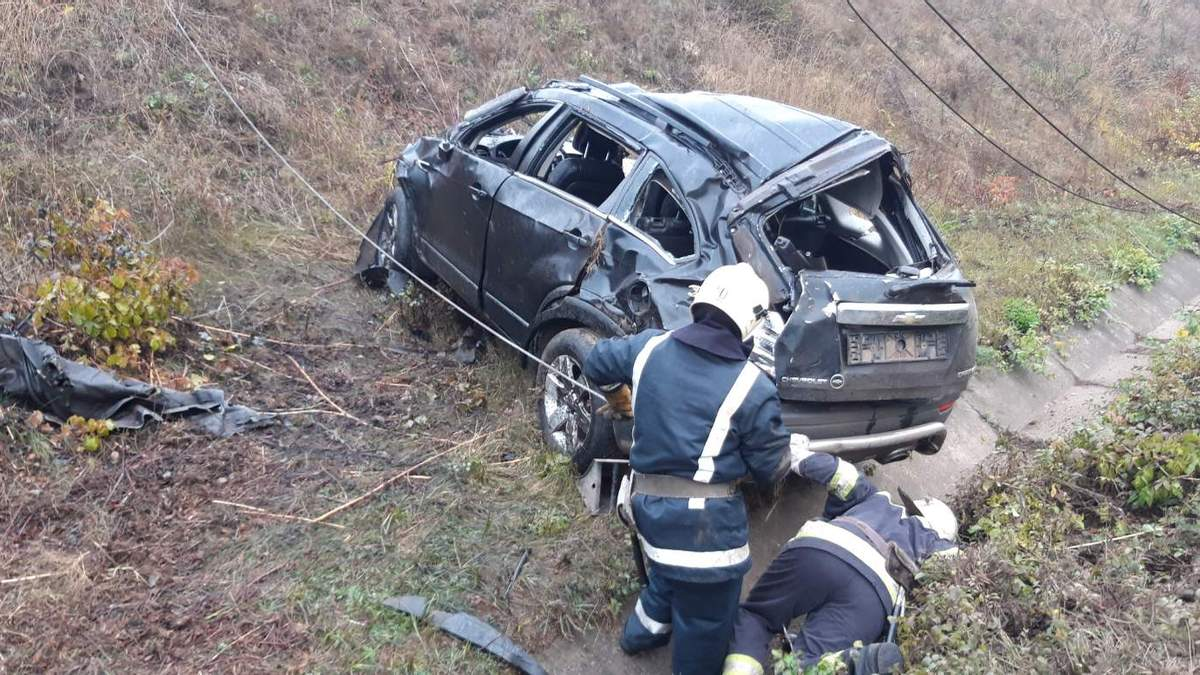 Спасатели отбуксировали автомобиль, разбитый в результате ДТП