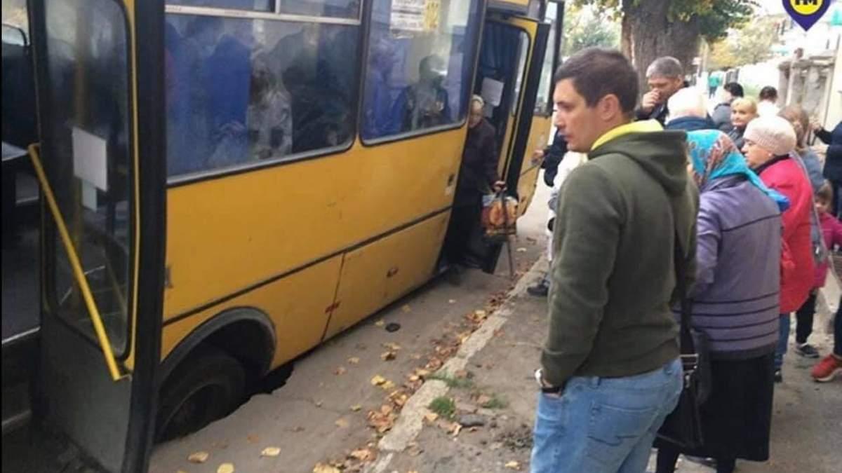 На Одещині маршрутка з пасажирами під час руху провалилася під землю: відео