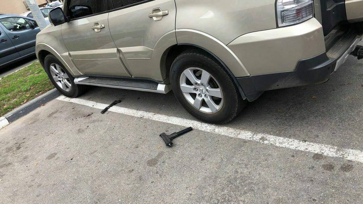 На місці кривавої стрілянини у Харкові нападники залишили купу зброї – фото