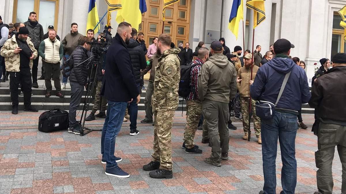 """У США хочуть прирівняти """"Азов"""" до терористів: ветерани полку прийшли під МЗС"""