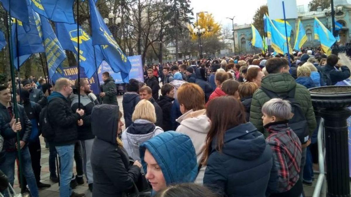 В Киеве на акцию протеста вышли тысячи учителей: видео