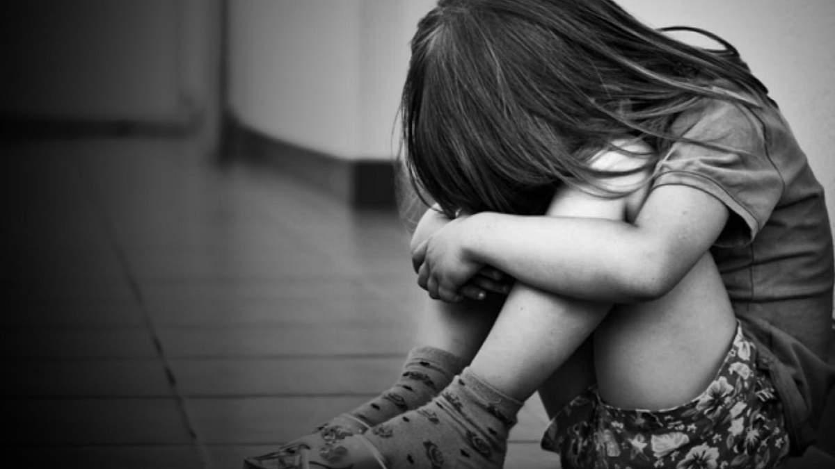 Називали мавпою: в київській школі дівчинка викинулась з вікна через булінг