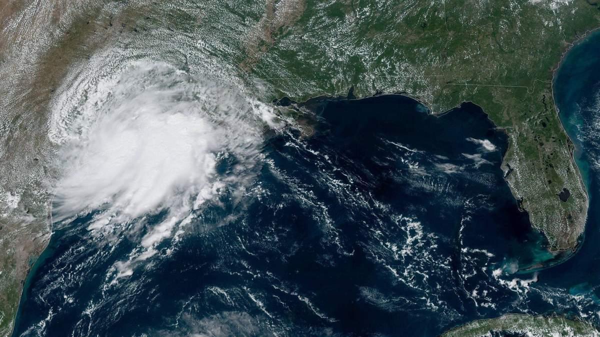 Во Франции бушует мощный шторм: впечатляющие фото и видео