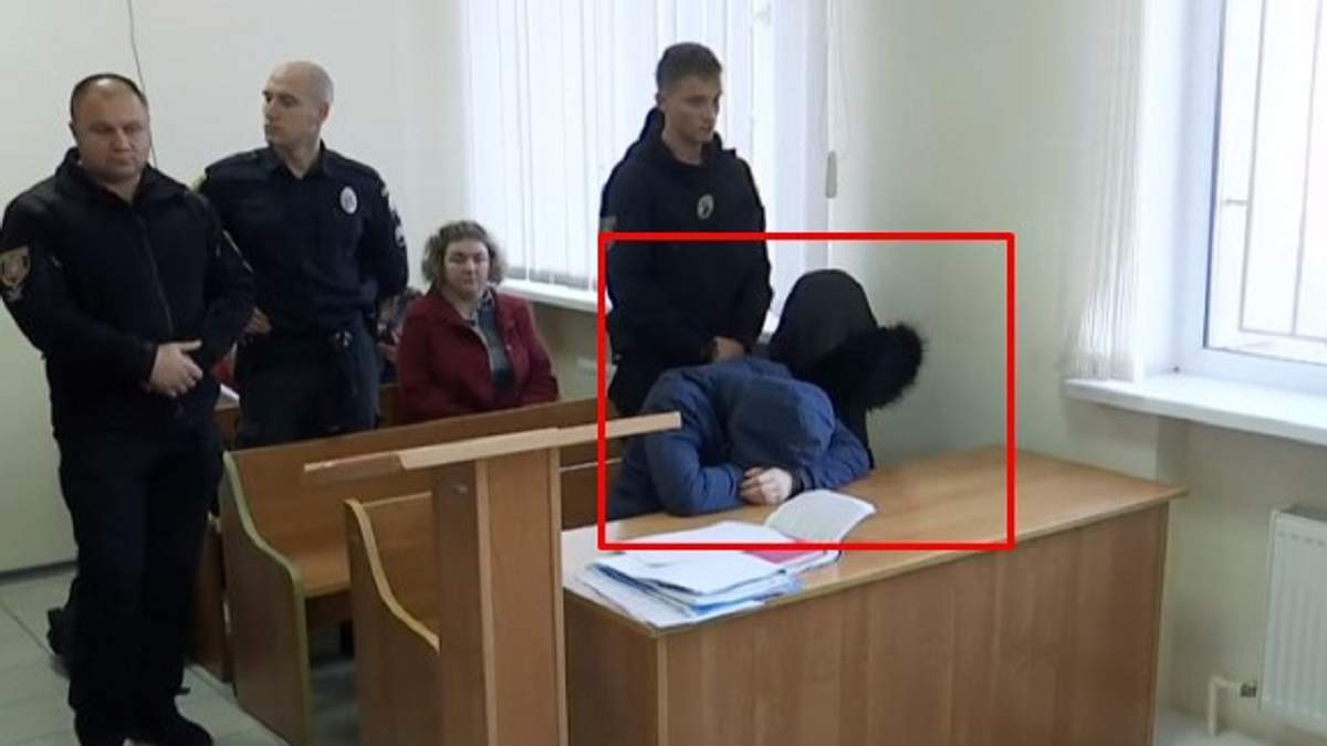 У залі суду підозрюваний і його мама сиділи в капюшонах