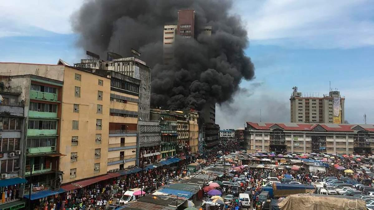 В Нигерии люди самостоятельно весь день тушили масштабный пожар в торговом центре: жуткие видео