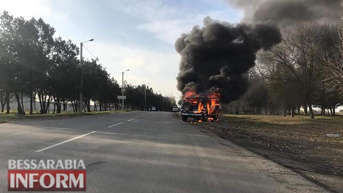 У Ізмаїлі на Одещині прямо під час руху загорілося поліцейське авто: ніхто не постраждав