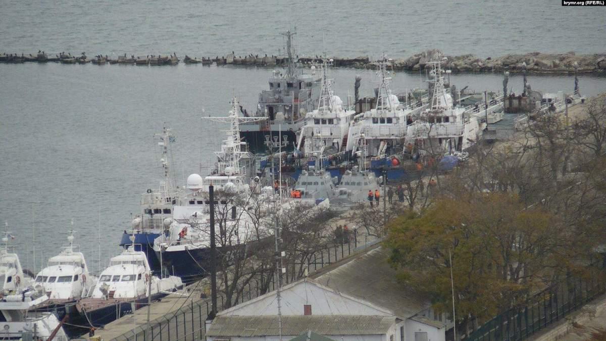 Затримані Росією українські кораблі покинули Керч і виходять у Чорне море: фото, відео