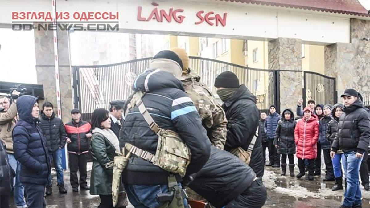 """Молодики з кулаками накинулися на в'єтнамців на """"Сьомому кілометрі"""" в Одесі (ілюстративне фото)"""