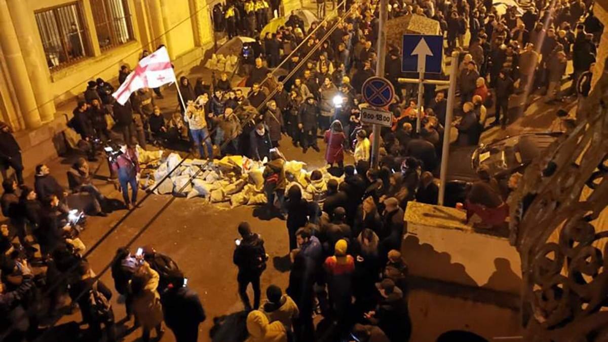 У Тбілісі протестувальники заблокували будівлю парламенту