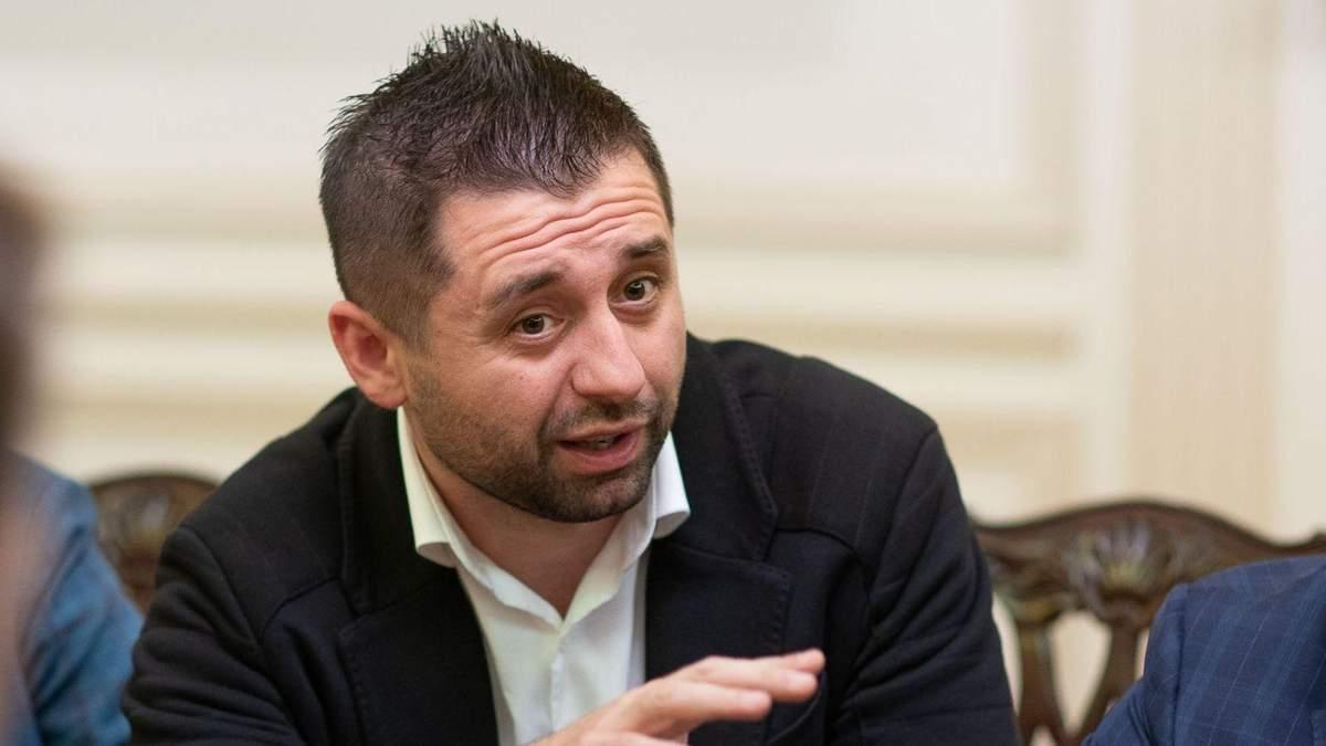 """Арахамия хочет, чтобы Иванисов временно приостановил членство в """"Слуге народа"""""""
