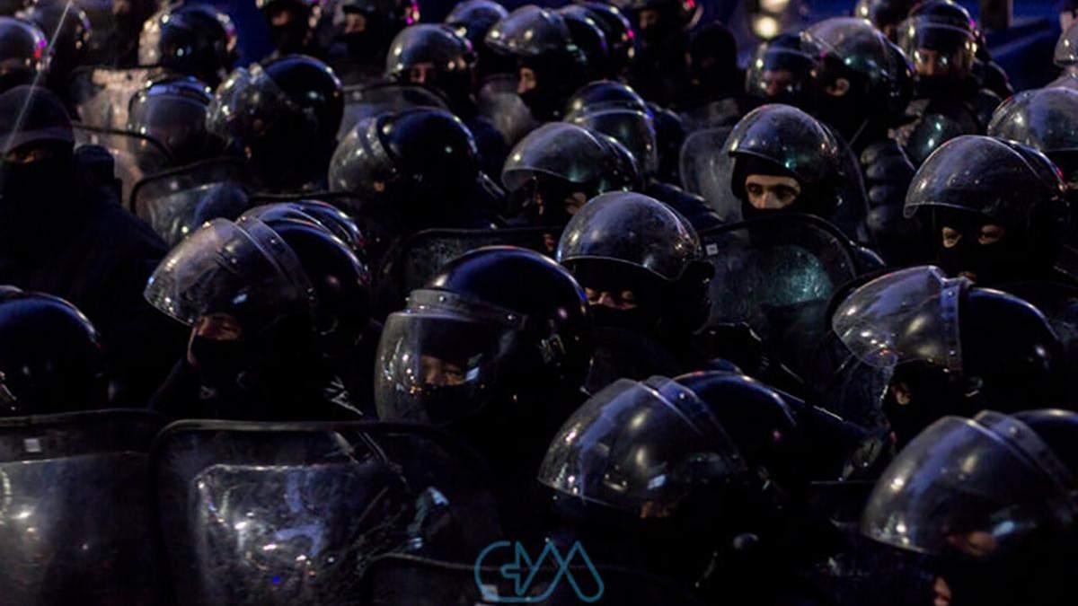 Под зданием правительства в Тбилиси– толкотня между протестующими и полицией