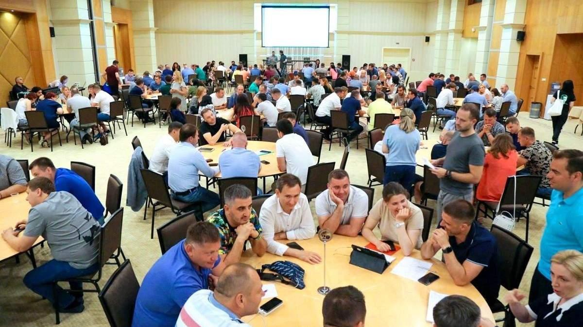 """Навчання """"слуг народу"""" коштувало партії майже 10 мільйонів гривень"""