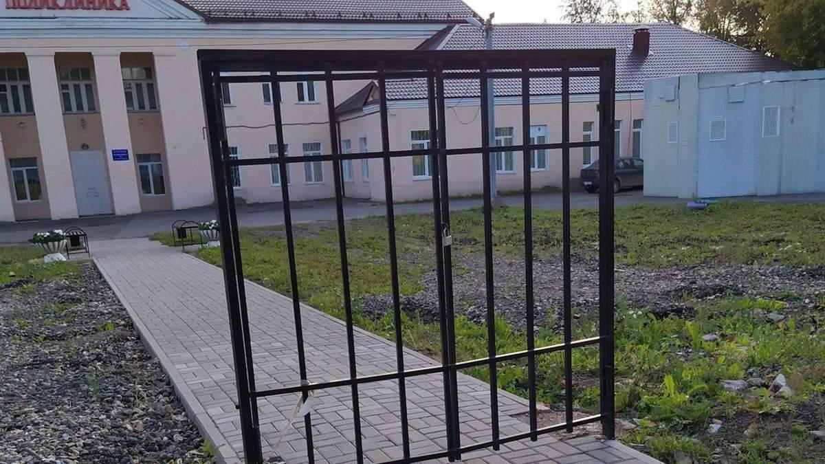 В Росії встановили ворота із замком без паркану