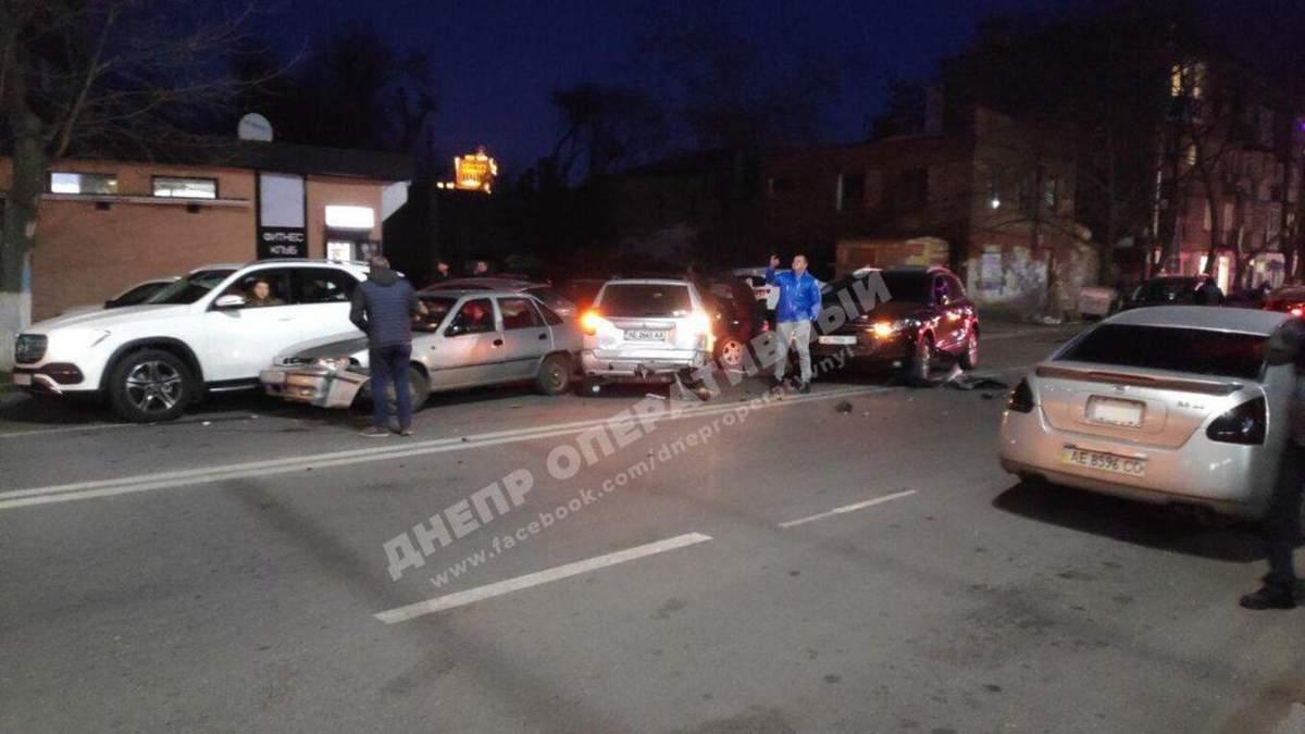 У Дніпрі водій тікав від поліції і протаранив 10 авто