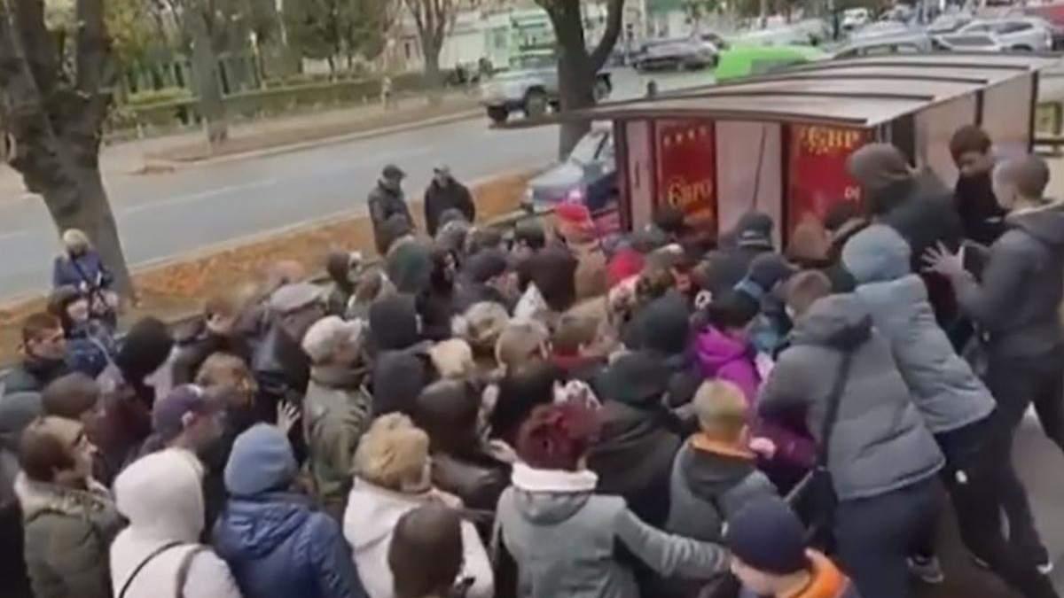 В Ровно люди устроили большую потасовку возле секонд-хенда