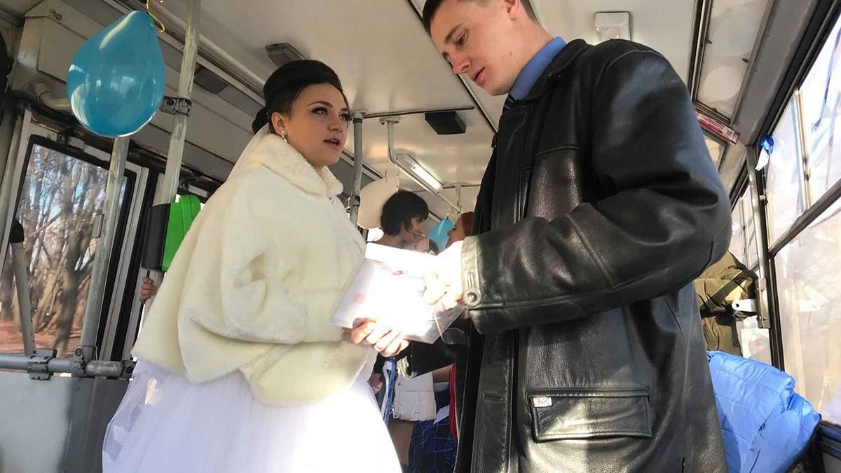 Пара коммунальщиков устроила свадьбу в троллейбусе Харькова: фото