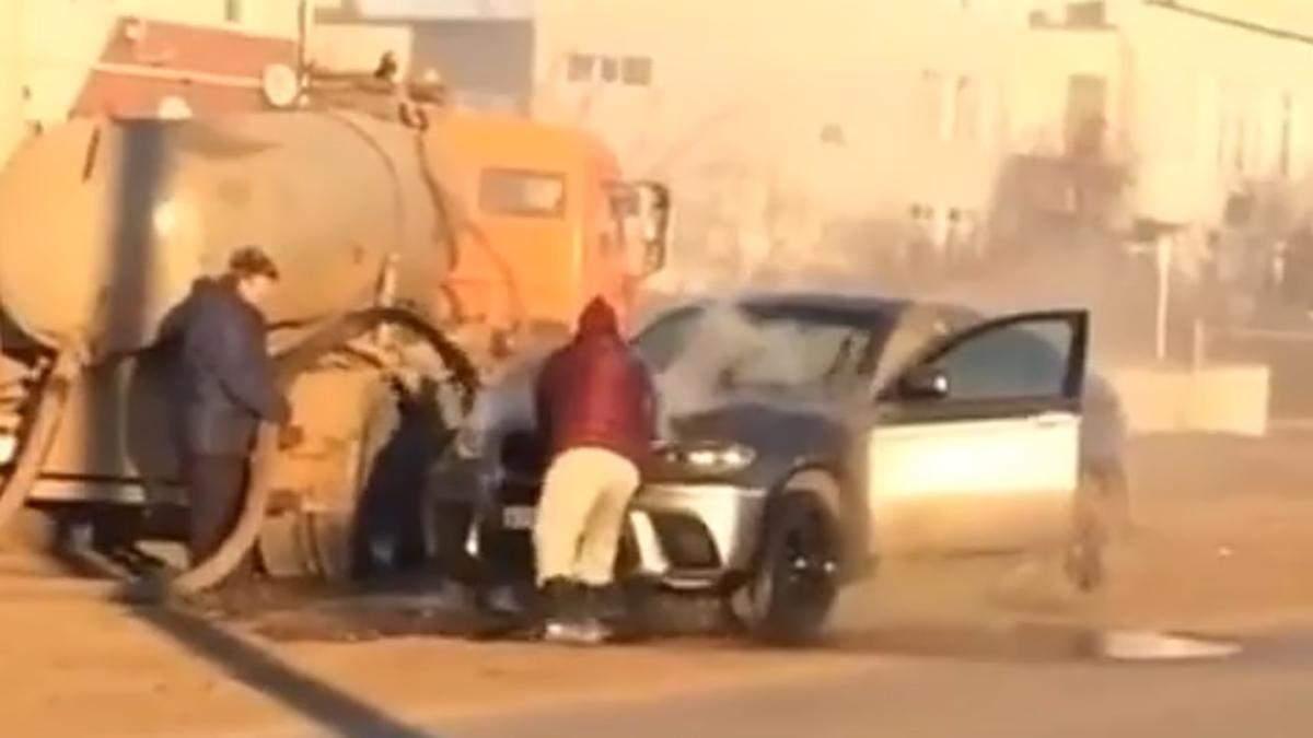 В российской Самаре престижный BMW X6 тушили канализационными стоками