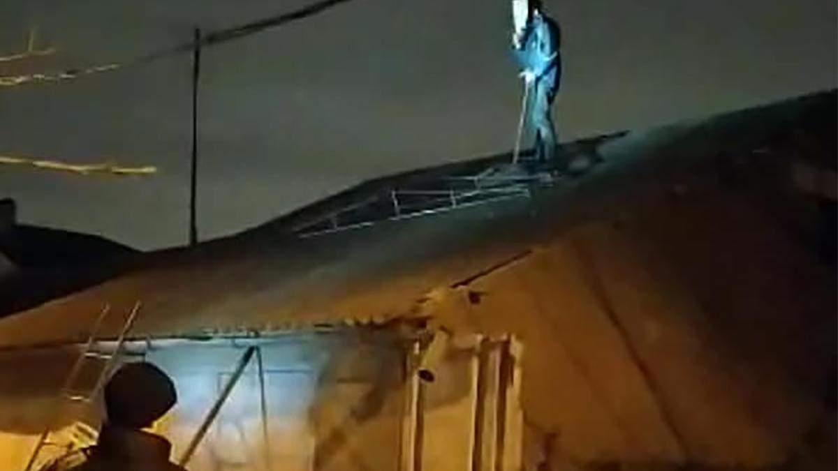 В Одесі озброєний сокирою Психічно Хворий збив поліцейського камінням з даху
