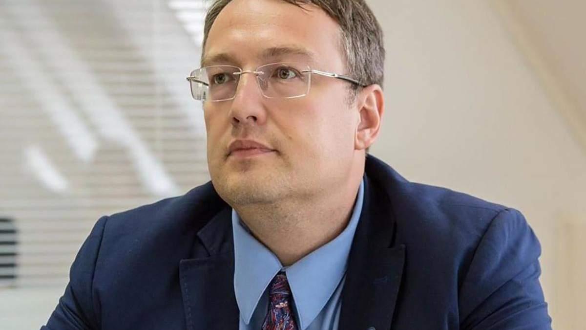 Антон Геращенко 11 раз правил свое сообщение о ДТП с Кулебой