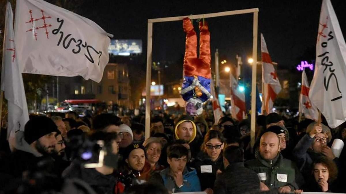 Протести у Грузії: мітингувальники майже годину не випускали президентку з кафе – відео