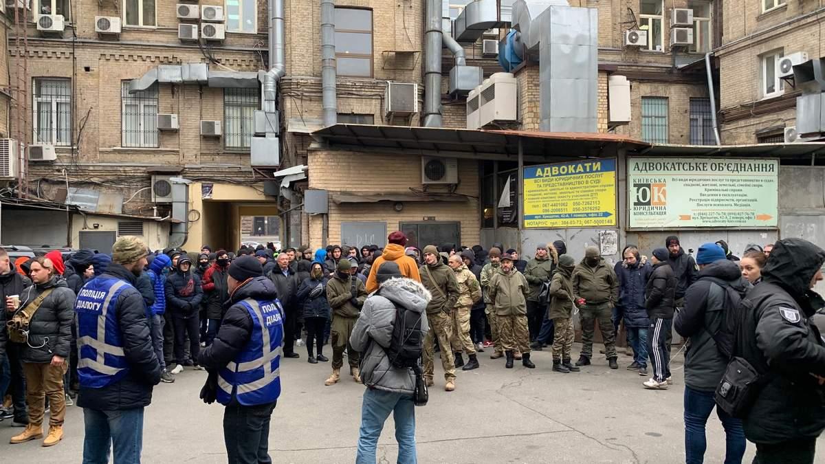 """Справа Садового: під суд прийшли невідомі """"протестувальники"""" – фото, відео"""