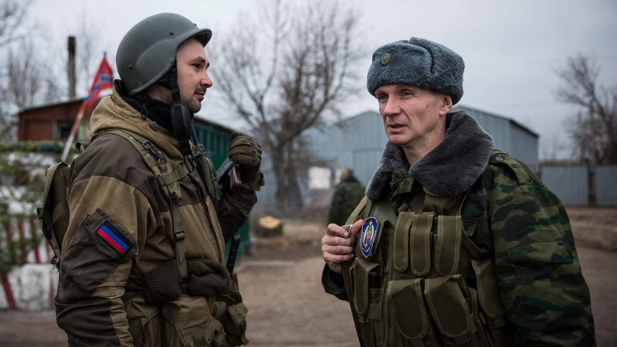 Розведення військ на Донбасі – бойовики використовують пов'язки СЦКК