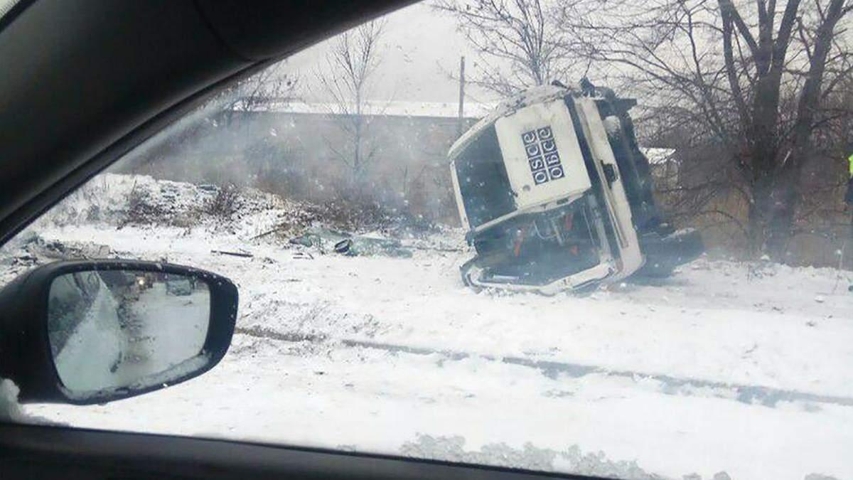 На окупованому Донбасі, імовірно, через сніг перекинувся автомобіль ОБСЄ