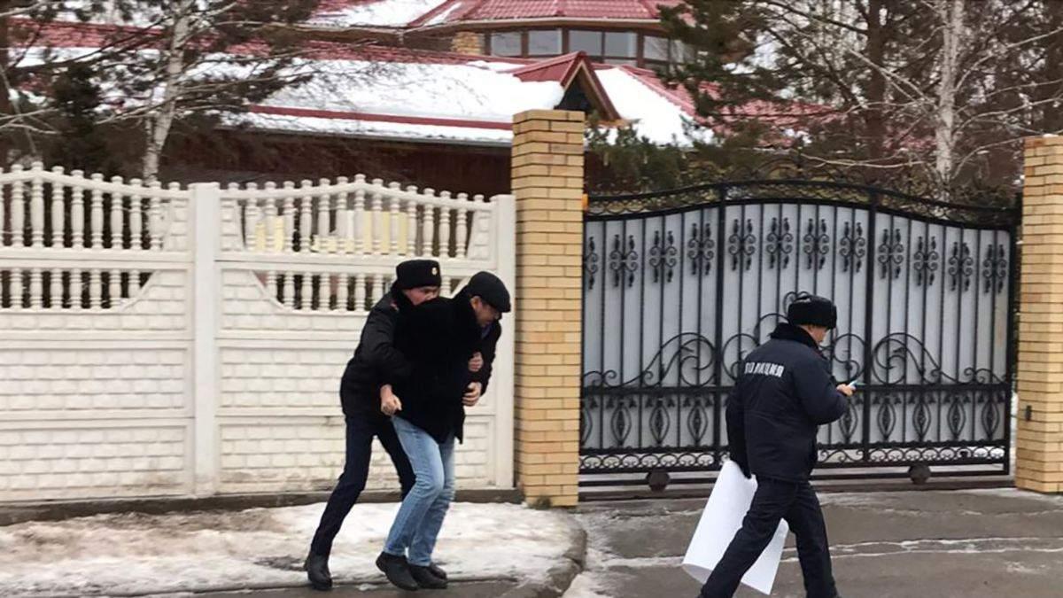 Токаев назвал Крым российским: художник пытался извиниться, но его схватили