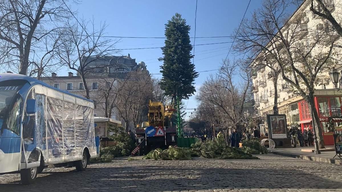 Незважаючи на траур: у центрі Одеси грає музика і готуються до Нового року – фото, відео