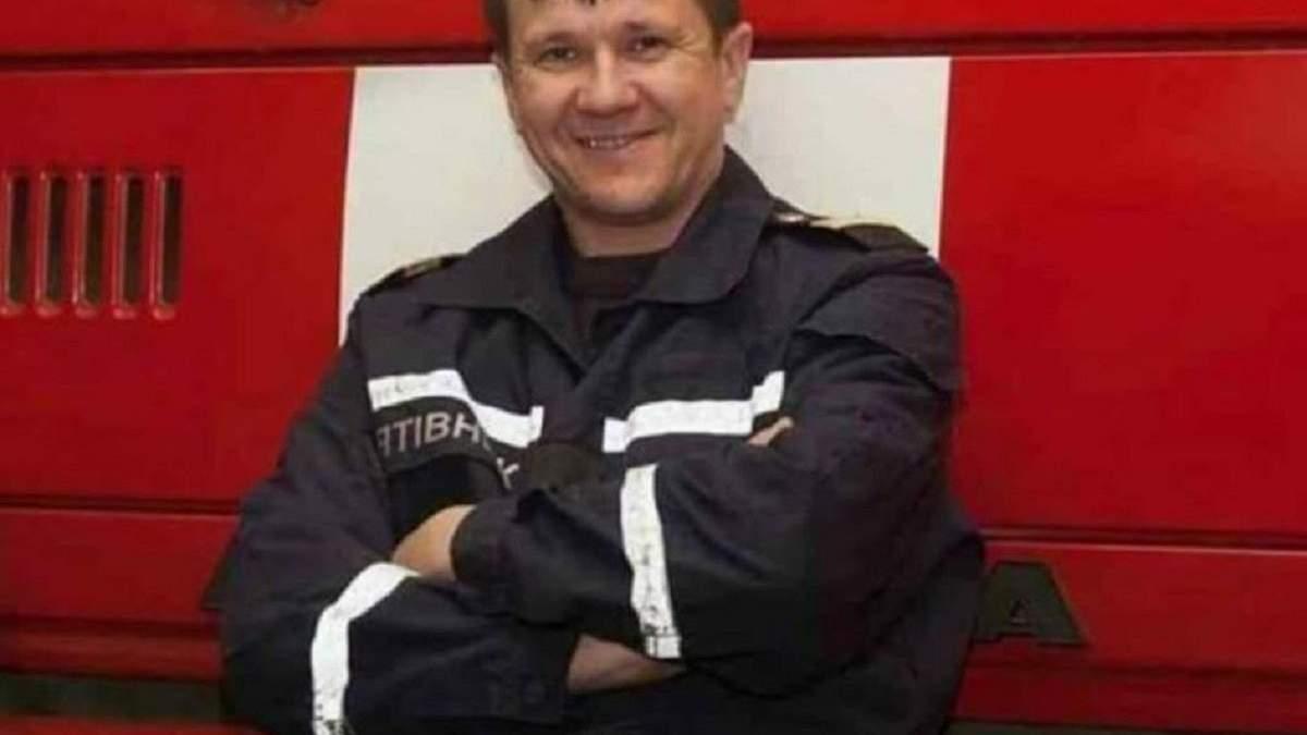 Під виття сирен і зі знятими шоломами: у ДСНС вшанували рятувальника, який загинув в Одесі