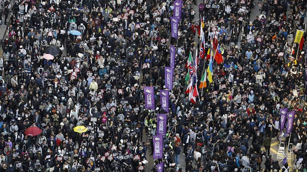Протести у Гонконгу: сотні тисяч людей знову вийшли на вулиці: відео